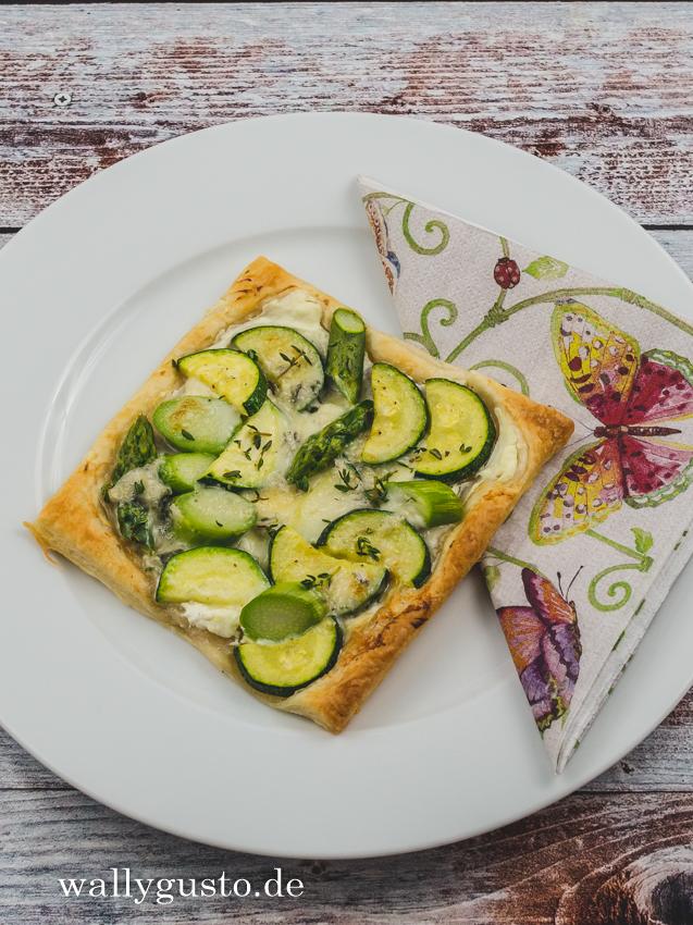 Blätterteig-Tartelettes mit grünem Spargel, Zucchini und Gorgonzola | Rezept auf www.wallygusto.de