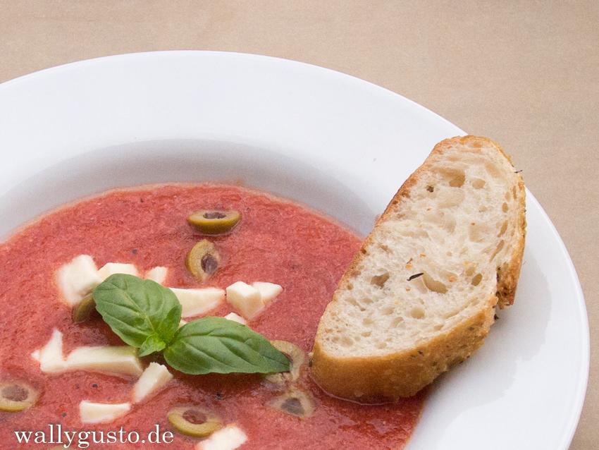 Cremige Tomatensuppe mit Büffelmozzarella - Mozzarella originale