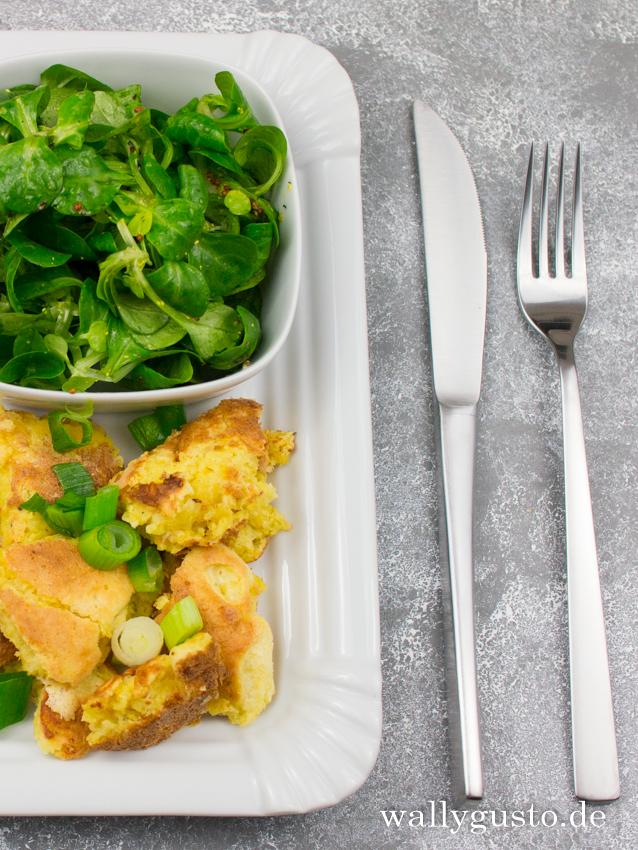 Deftiger Käseschmarrn mit Lauchzwiebeln | Ein tolles vegetarisches Rezept auf www.wallygusto.de