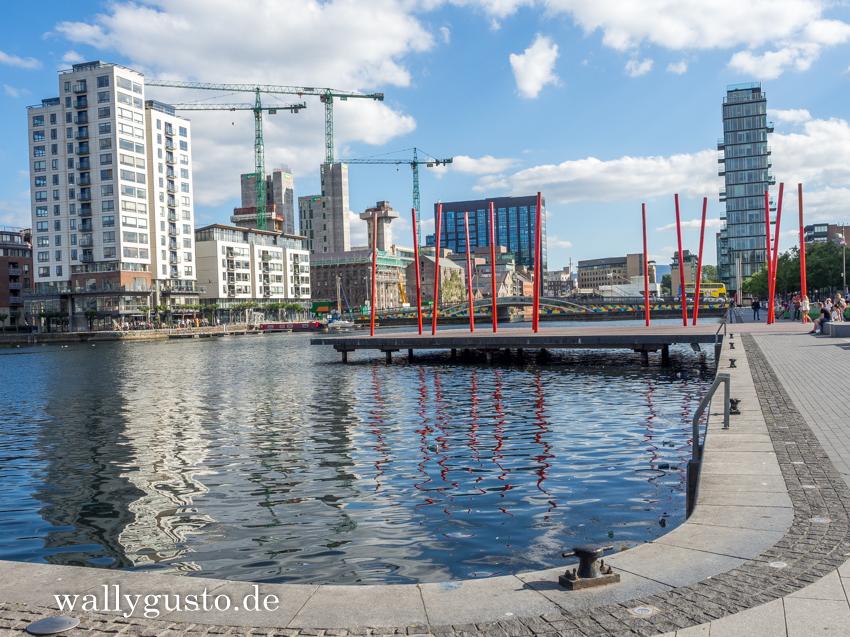 Docklands Eine dramatische Änderung hat Dublin in den Docklands, den früheren Hafenanlagen beiderseits der Liffey, erfahren. Anstelle der Relikte der Industriekultur sind im Laufe der Jahre neue Viertel mit modernen Stahl- und Glaspalästen entstanden. Auch die Dubliner sind also dem Reiz des Wohnens und Arbeitens am Wasser erlegen. Inzwischen gelten die Docklands als Wahrzeichen einer vergangenen Zeit, in der Irland boomte und zu den reichsten Ländern Europas zählte. Zu den Hauptattraktionen gehören neben dem Grand Canal Theatre, das Kongresszentrum mit seinem gläsernen Atrium, das Point Village sowie die Samuel Beckett Bridge.
