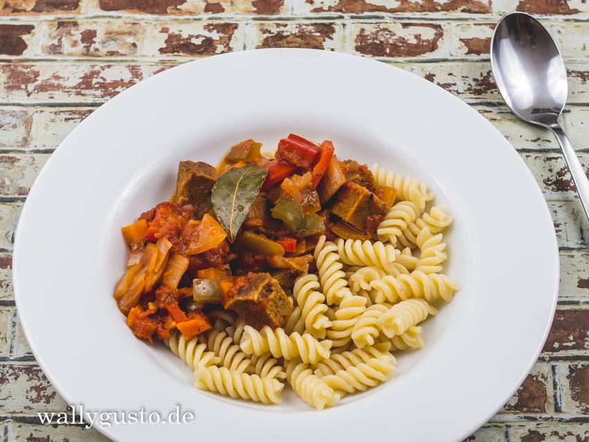 Höllisches Seitan-Gulasch mit Paprika | Rezept auf www.wallygusto.de