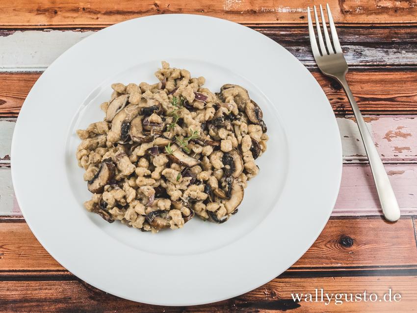 Käsespätzle mit Haselnüssen und Pilzen | Rezept auf www.wallygusto.de