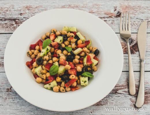 Kichererbsensalat mit Paprika, Gurke und schwarzen Oliven | Rezept auf www.wallygusto.de