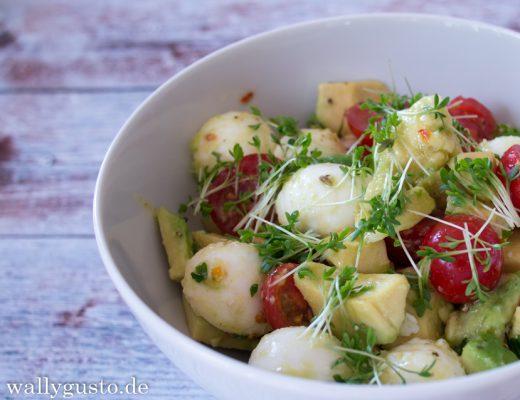 Mozzarella-Tomaten-Salat mit Avocado