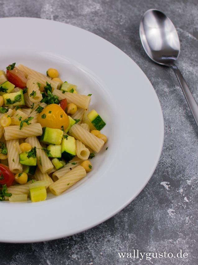 Nudelpfanne mit Zucchini & Kichererbsen | Rezept auf www.wallygusto.de