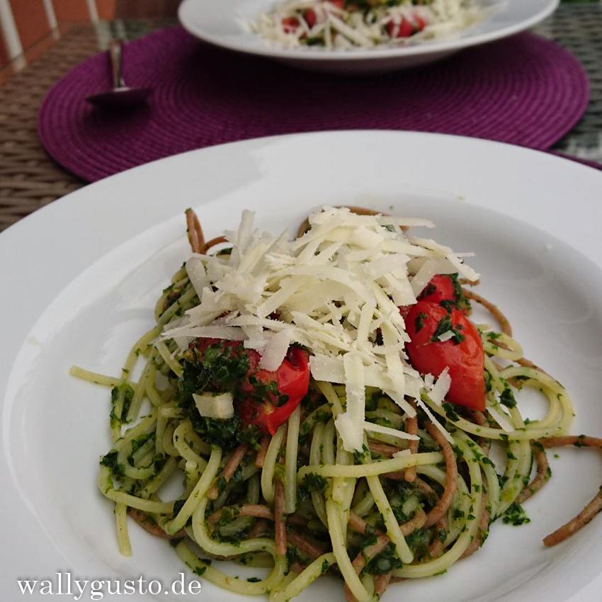 One-Pot-Spaghetti mit Grünkohl, Tomaten und Zitrone