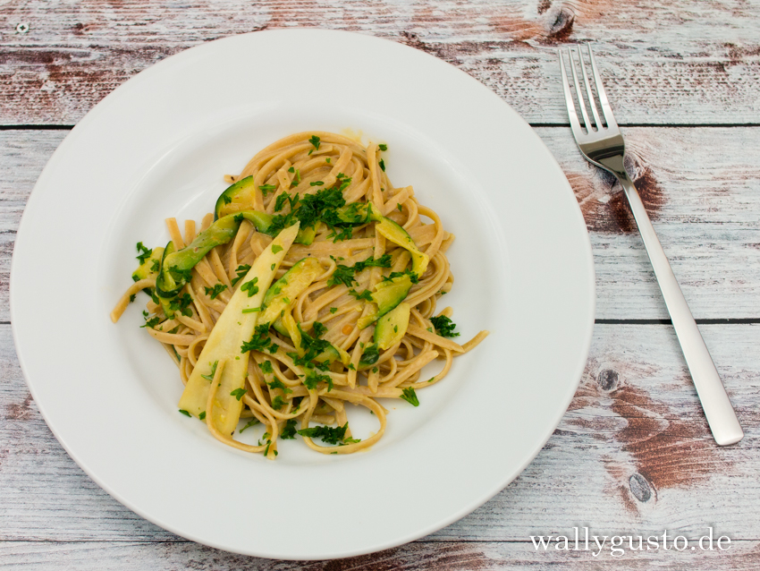 Pasta mit Zucchini-Erdnuss-Sauce | Rezept auf www.wallygusto.de