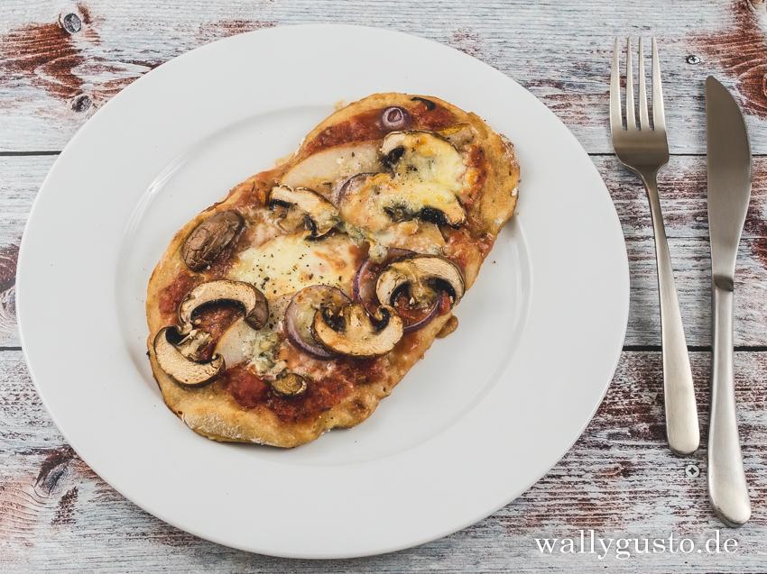 Pinsa mit Birnen, Pilzen und Gorgonzola | Ein vegetarisches Rezept auf www.wallygusto.de
