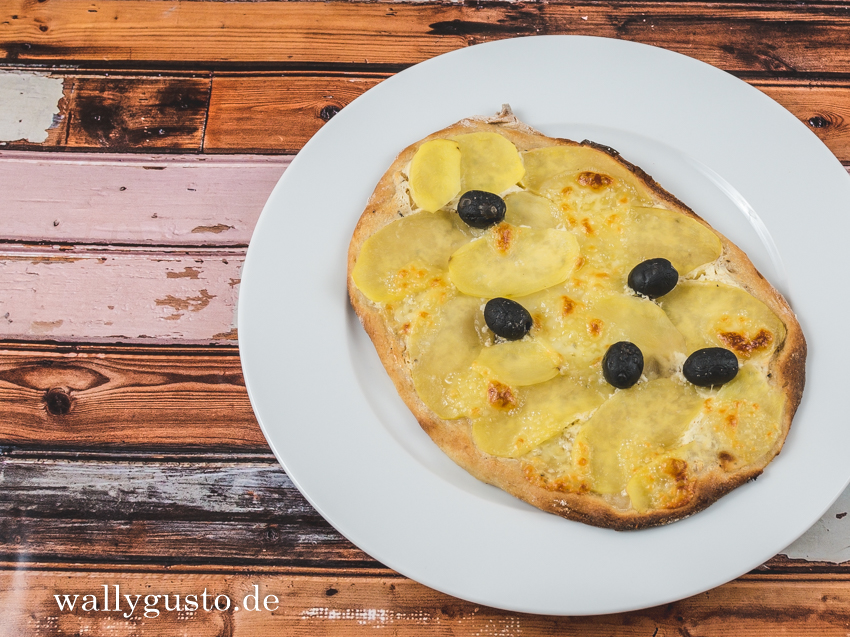 Pinsa mit Kartoffeln und schwarzen Oliven | Rezept auf www.wallygusto.de