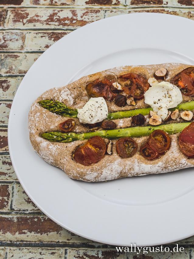 Pizza aus Sauerteig mit Spargel und Tomaten | Rezept auf www.wallygusto.de