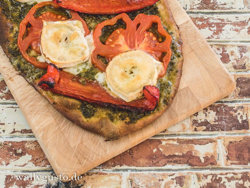 Pizza mit gegrillter Paprika, Ziegenkäse & Basilikum | Rezept auf www.wallygusto.de