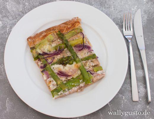 Pizza mit grünem Spargel & Kräuter-Frischkäsecreme | Rezept auf www.wallygusto.de