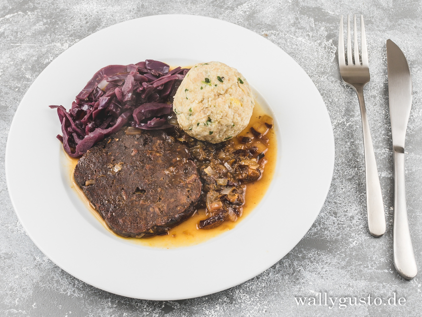 Seitan-Scheiben mit Pflaumensauce, Rotkraut und Semmelknödeln | Rezept auf www.wallygusto.de