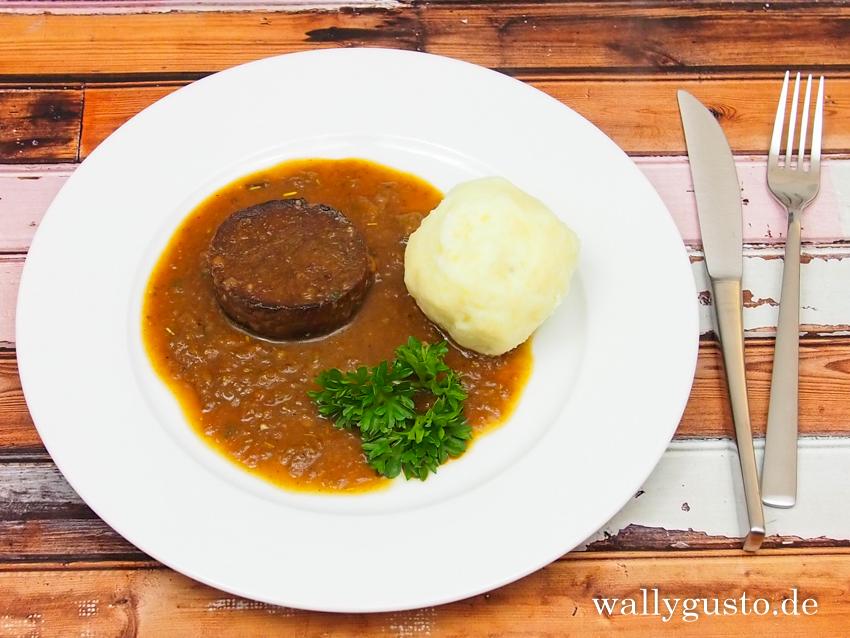 Seitanscheiben in dunkler Sauce mit Kartoffelknödel | Rezept auf www.wallygusto.de