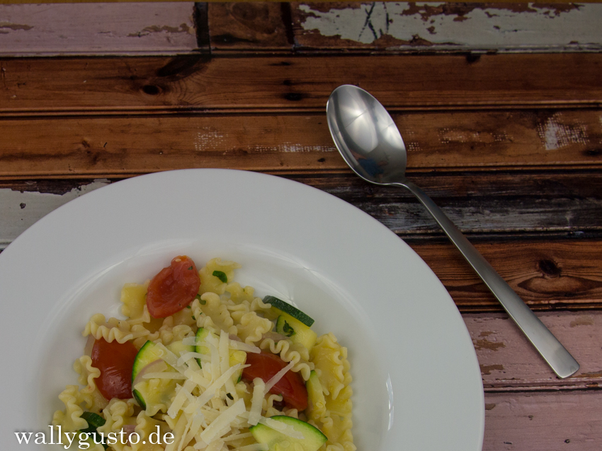 Schnelle Sommerpasta mit Zucchini & Cocktailtomaten | Gastbeitrag auf pastamaniac