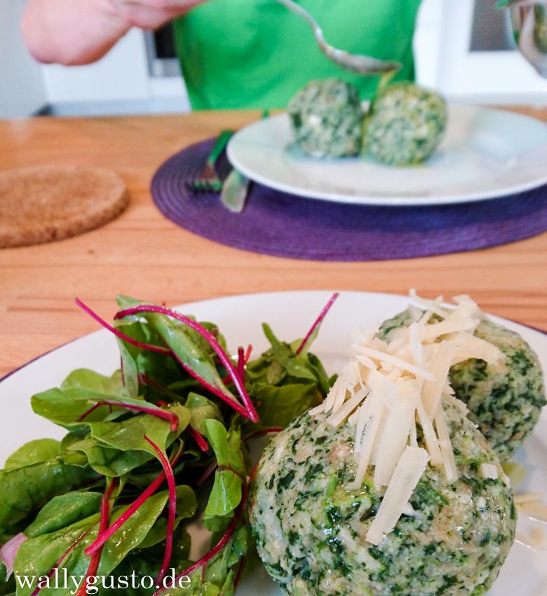 Hüttenfeeling für zu Hause: Spinatknödel mit zerlassener Butter und Parmesanspänen