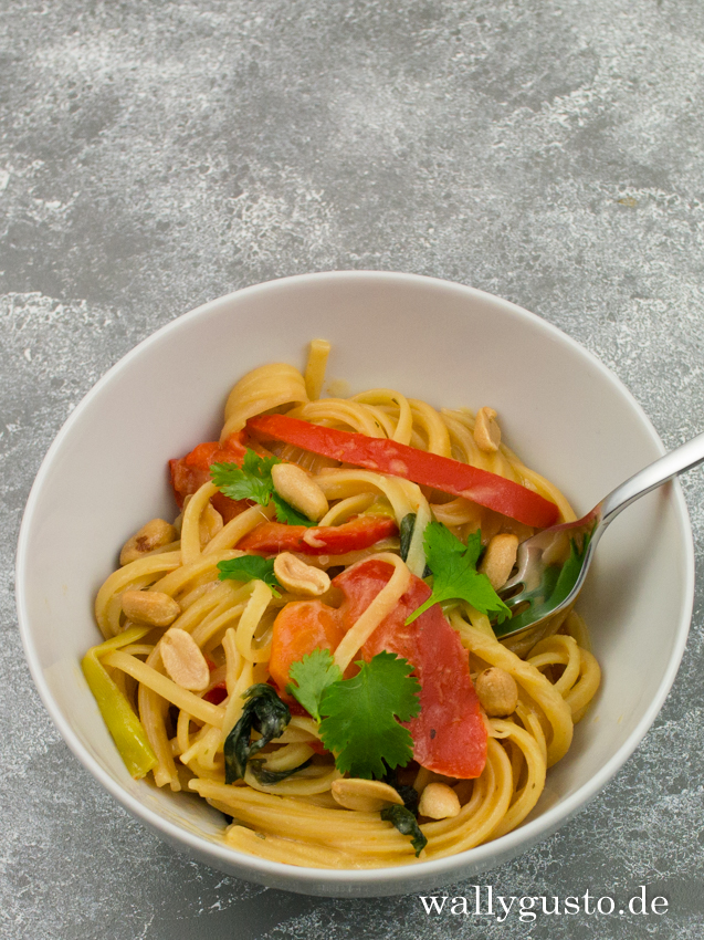 Thai Style One Pot Pasta mit Erdnusssauce & Chili
