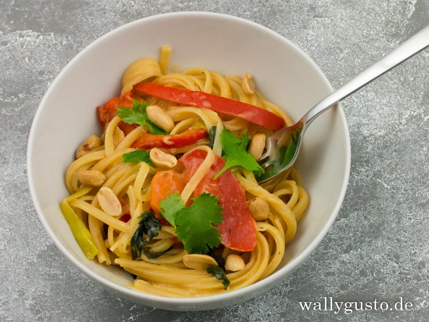 Thai Style One Pot Pasta mit Erdnusssauce & Chili | Rezept auf www.wallygusto.de