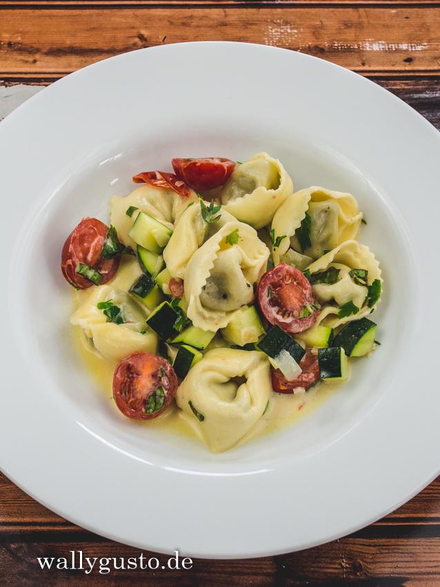 Tortellini-Pfanne mit Zucchini und Tomaten | Rezept auf www.wallygusto.de