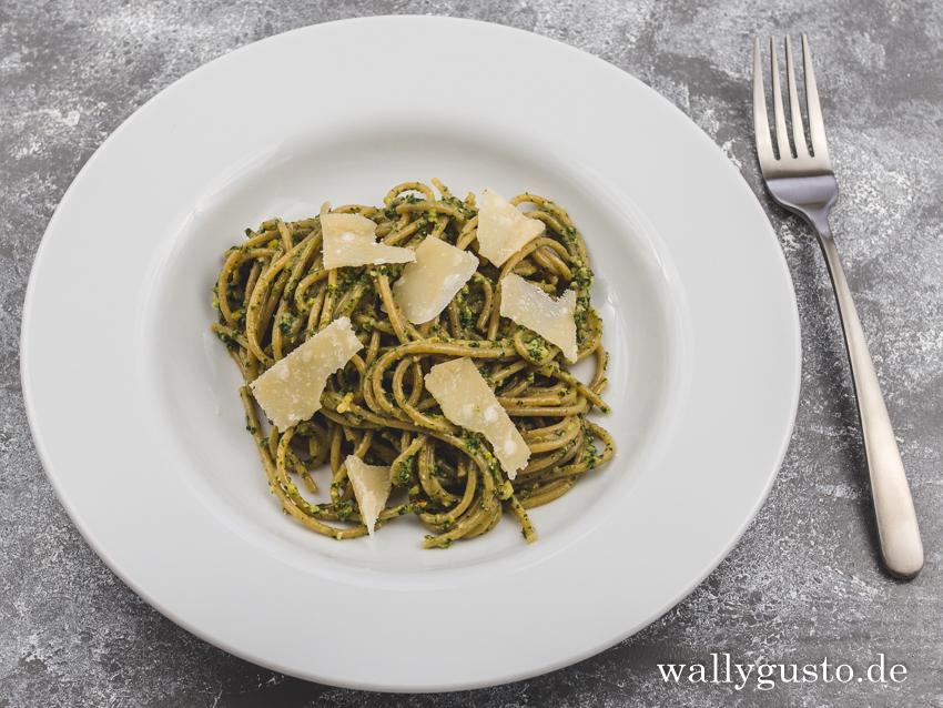 Zitronenmelisse-Pesto mit Rosmarin & Chili | Rezept auf www.wallygusto.de