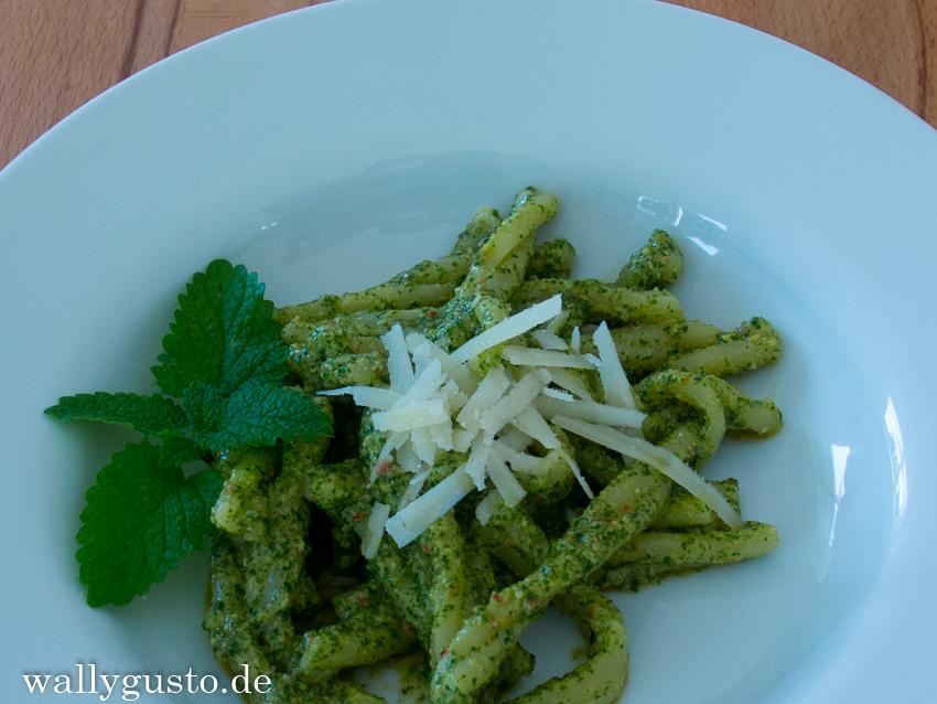 Sommer-Sonnen-Pesto mit Zitronenmelisse, Rosmarin & Chili